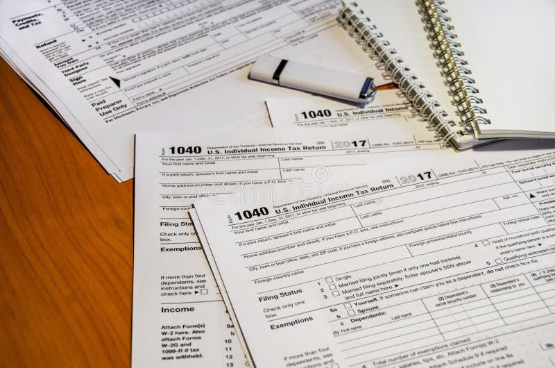 Podatek formy 1040, błysk przejażdżka i notatniki na stole, zdjęcie stock
