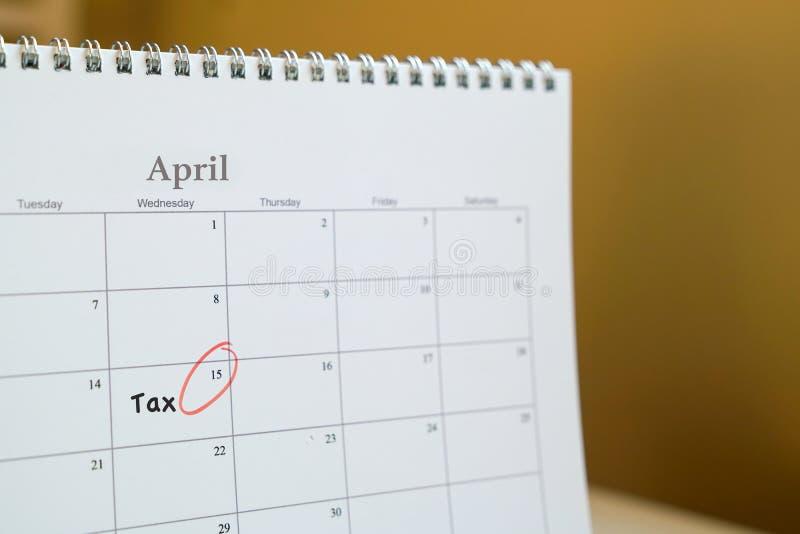Podatku segregowania pojęcie: przypomnienie jot puszek na kalendarzu zdjęcia royalty free