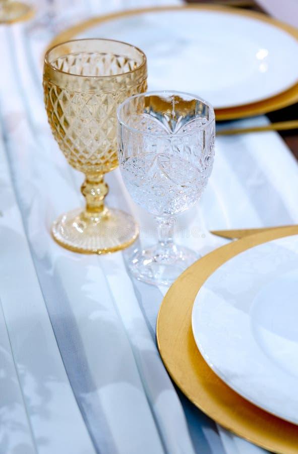 Podawany stolik Para winnic i płyt na białym tle Restauracja Ustawienie tabeli fotografia stock