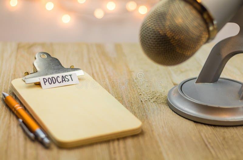 Podcastidébegrepp med mikrofonen och träskrivplattan royaltyfria foton