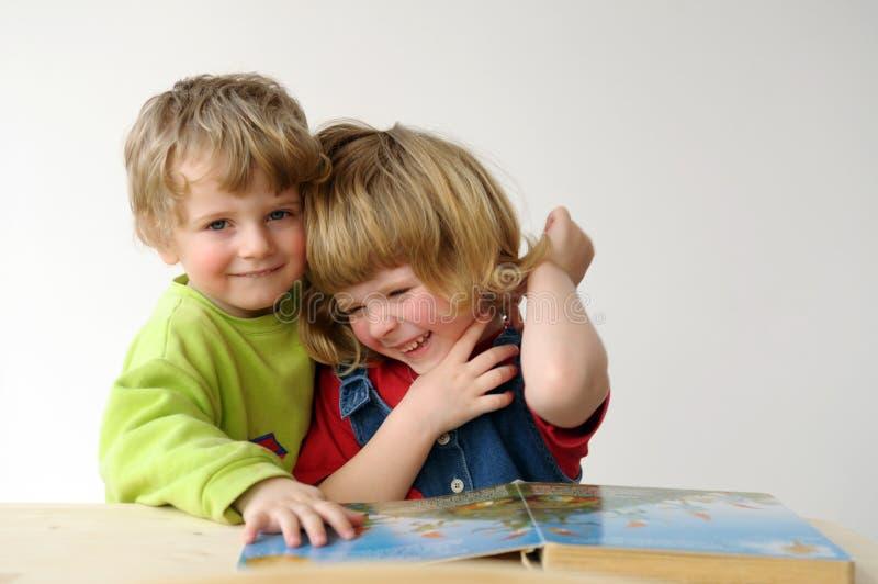 Podczas czytania dzieci obraz royalty free