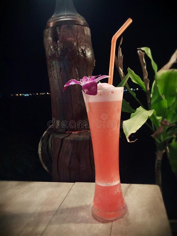 Podczas gościa restauracji smoothie sok pomaga ożywiać obraz stock