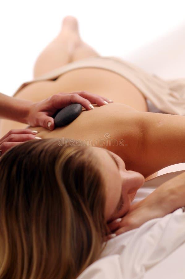 Podczas masażu atrakcyjna młoda kobieta zdjęcia stock