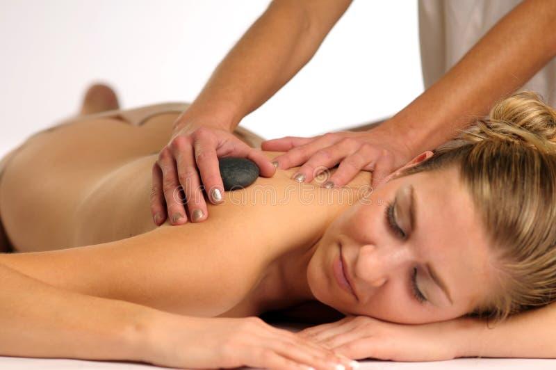 Podczas masażu atrakcyjna młoda kobieta zdjęcie royalty free