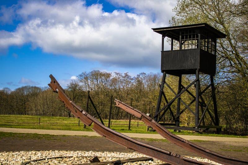 Podczas te drugi wojny światowej niemieccy żołnierze odtransportowywali ludzi od kamp westerbork w Holandia koncentracyjny obóz obraz royalty free