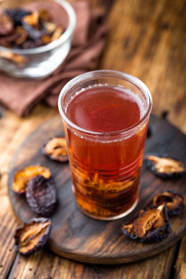 Pode la bebida, ciruelos secados extracto, bebida de las frutas imagenes de archivo
