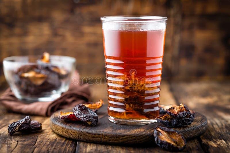 Pode la bebida, ciruelos secados extracto, bebida de las frutas fotografía de archivo libre de regalías