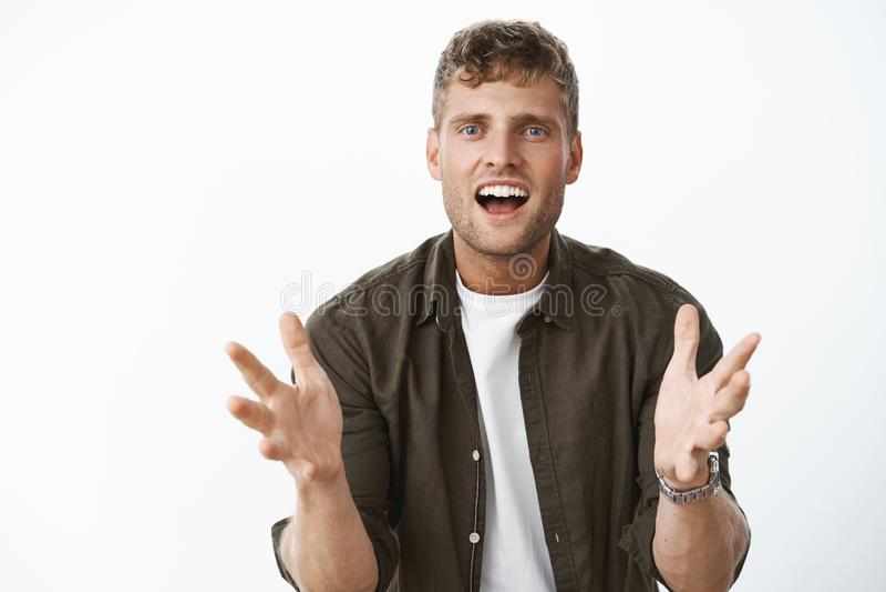 Pode você imaginar, escuta O retrato de gesticular considerável feliz entusiasmado e impresso do homem cede o sorriso do corpo ex fotos de stock