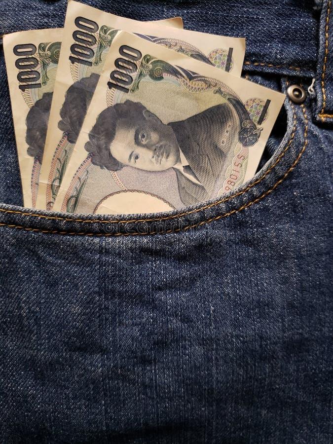 podejście przód kieszeń cajgi w błękicie z Japońskimi banknotami obraz stock