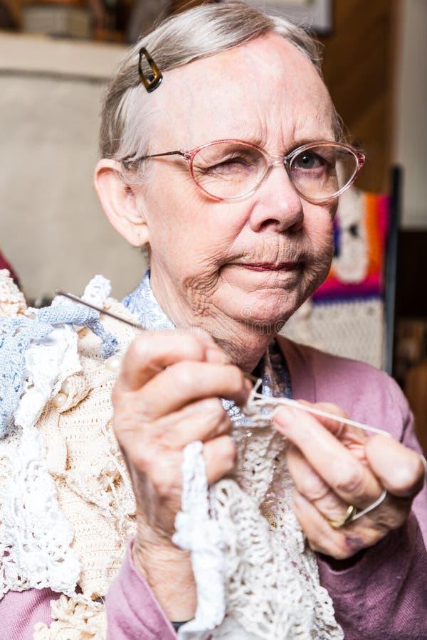 Podejrzana stara kobieta w pokoju dziennym obraz stock