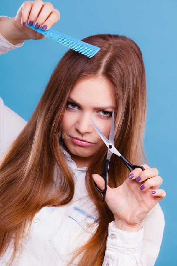 Podejrzany fryzjer męski z narzędziami fotografia stock