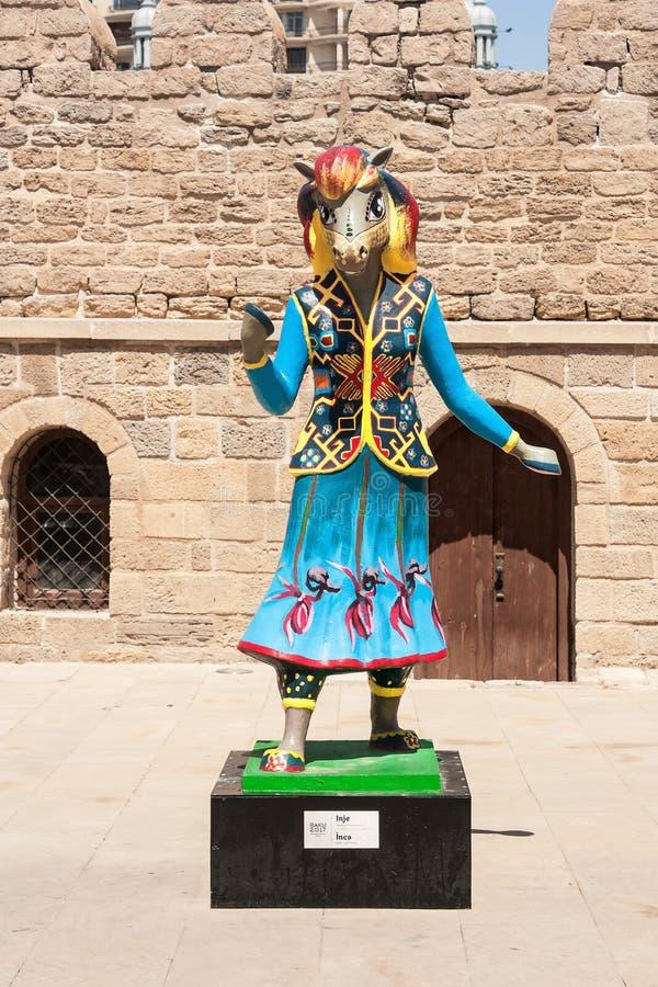 19 podem 2017 Baku, Azerbaijão Jogos islâmicos da solidariedade da talismã IV - cavalos de corrida de Karabakh o Inje e o Dzhasur fotografia de stock royalty free