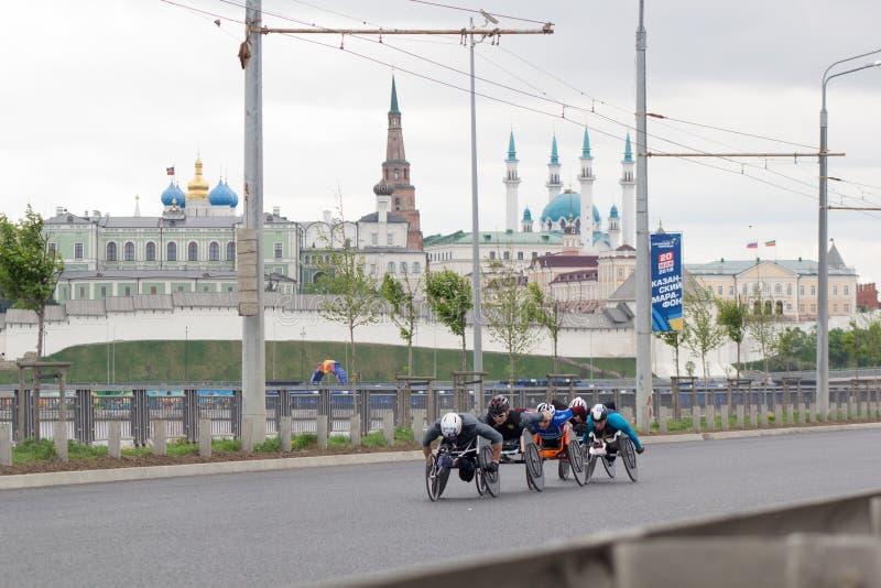 20 podem 2018, maratona de Kazan, Rússia - de Kazan, atletas deficientes na competência da cadeira de rodas imagens de stock