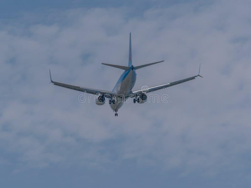 15 podem o voo 2019 grande do avi?o de TUI do passageiro da ilha G-TAWV do Rodes no c?u azul foto de stock
