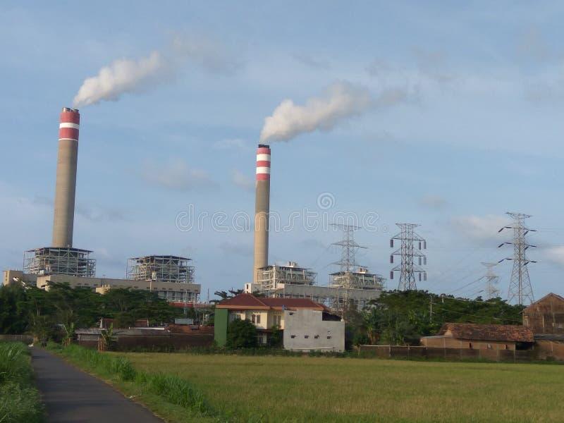 Poderda eletricidade da construção do central elétrica de Steamimagem de stock