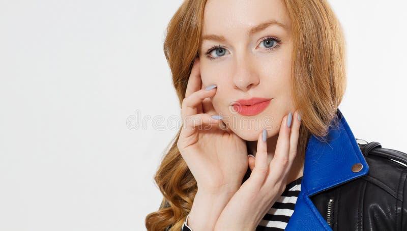 Poder de la belleza de la mujer Ci?rrese para arriba de la cara pelirroja de la muchacha, chaqueta de cuero aislada en el fondo b fotografía de archivo libre de regalías