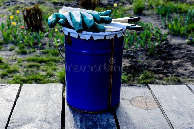 poder de la pintura que miente en la terraza de una casa privada con un cepillo y los guantes, lista para ser abierto y para ser  imagenes de archivo