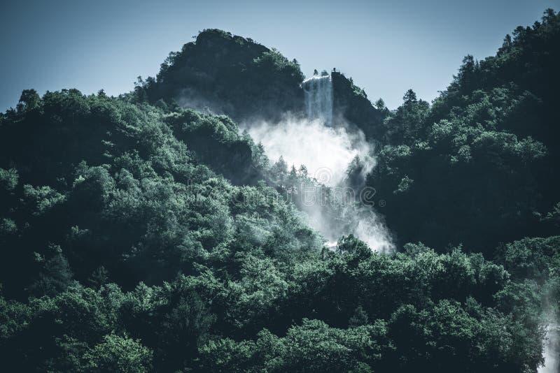 Poder de una imagen oscura del estilo del humor del agua de la cascada fotografía de archivo libre de regalías