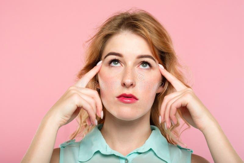 Poder mental del concentrado de la muchacha de la telepatía de los juegos de mente fotografía de archivo