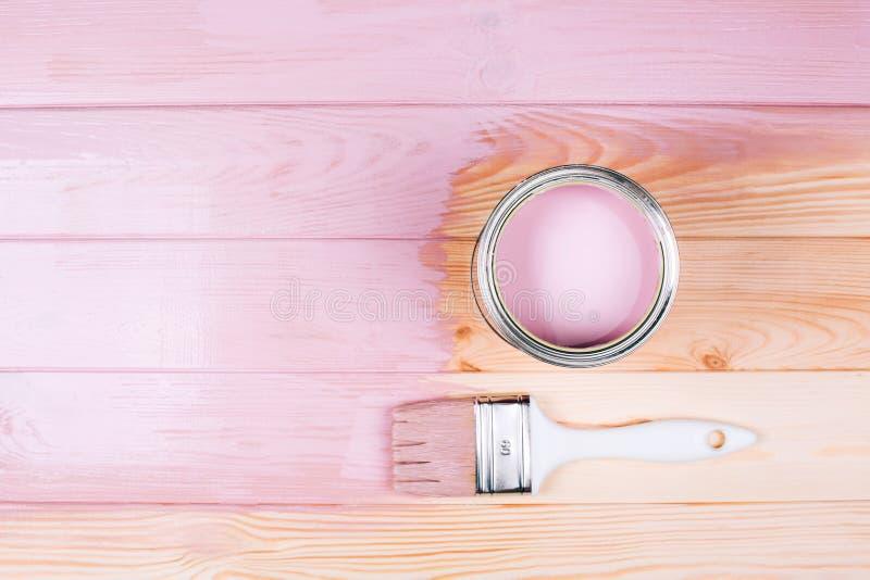 Poder Open de pintura rosada con el cepillo blanco en la pintura del tablero de madera foto de archivo