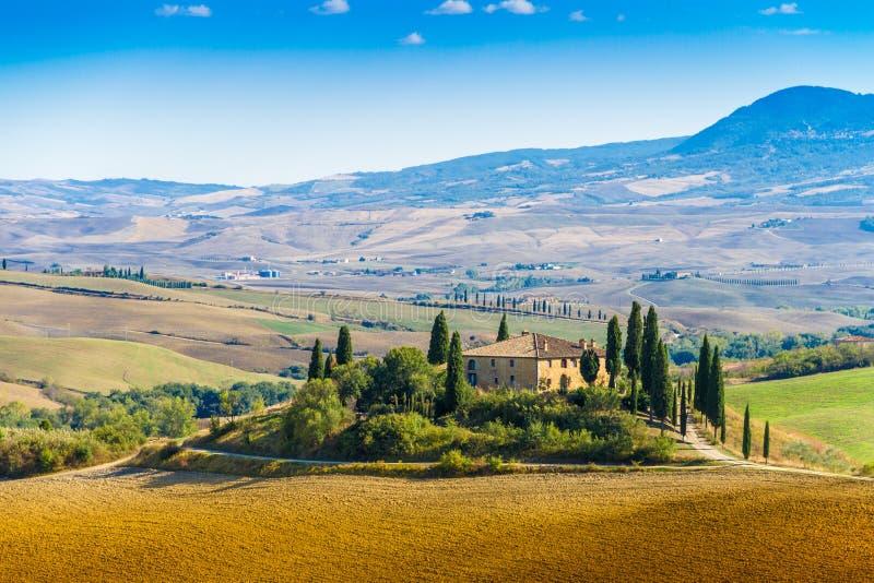 Podere Belvedere vicino a Siena Italia alla fine dell'estate fotografia stock libera da diritti