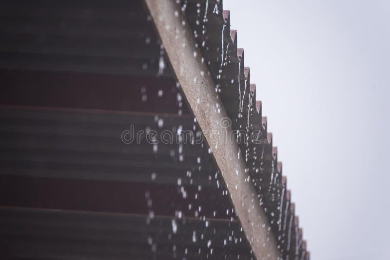 Podeszczowa burza z metalu prześcieradła dachem, deszczówka przepływy zestrzela dach zdjęcia royalty free