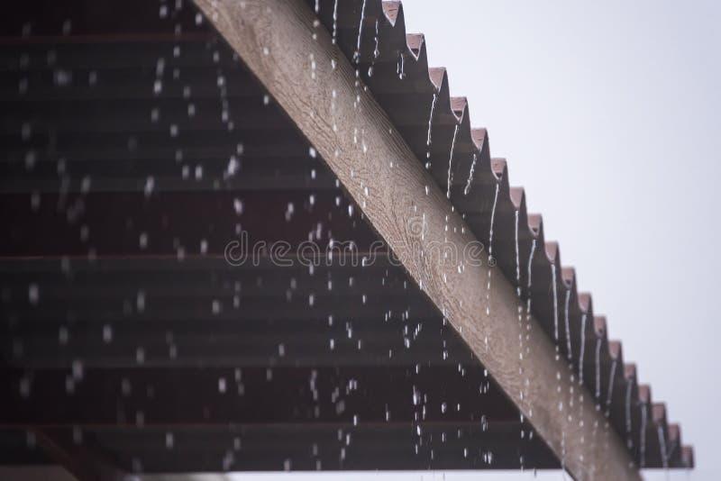Podeszczowa burza z metalu prześcieradła dachem, deszczówka przepływy zestrzela dach obraz royalty free