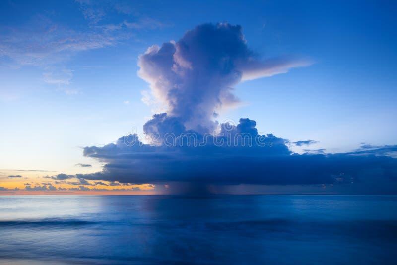 Podeszczowa chmura nad ocean obraz stock