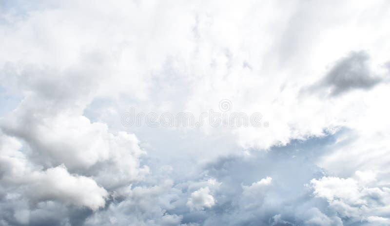 Podeszczowa chmura przed strom zdjęcie stock