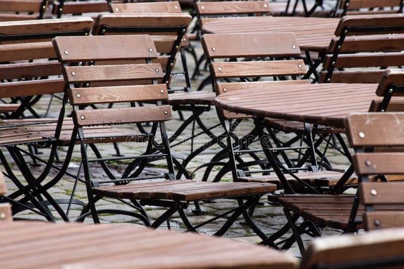 Podeszczowa prysznic na letnim dniu Widok taras sklep z kawą Puści stoły, krzesła, patio cegiełki z światłem fotografia royalty free