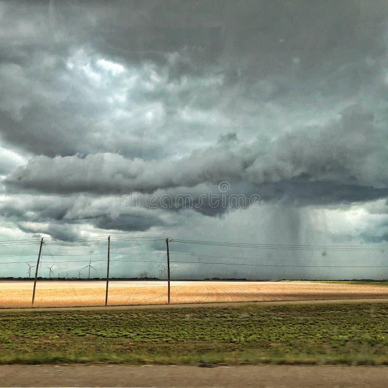 Podeszczowe chmury i silniki wiatrowi w Południowym Teksas zdjęcia royalty free