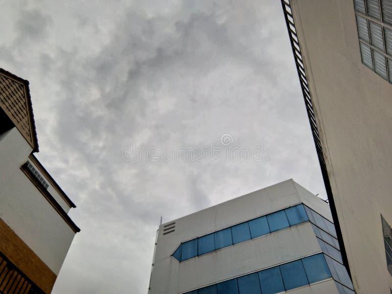 Podeszczowe chmury między budynkami zdjęcie royalty free