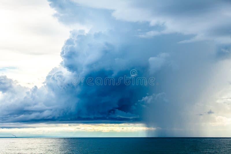 Podeszczowe chmury przy Dennym horyzontem obraz royalty free