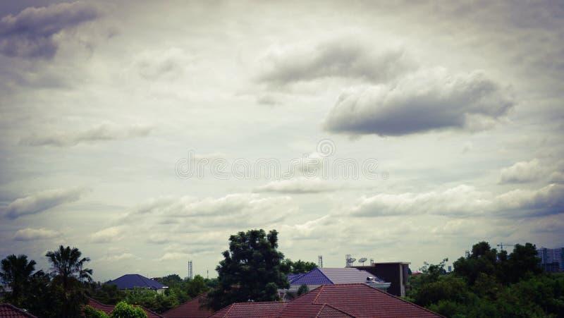 Podeszczowe chmury w niebie nad wioską w Tajlandia fotografia stock