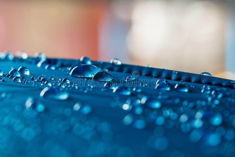 Podeszczowe Wodne kropelki na błękitnej wodoodpornej tkaninie zdjęcie stock