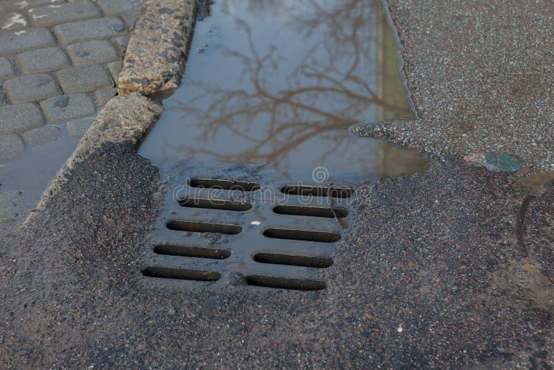 Podeszczowej wody przepływy zestrzelają ląg pokrywę na pogodnym jesień dniu fotografia royalty free