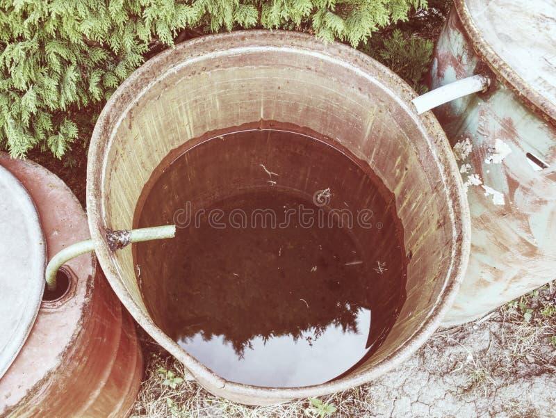 Podeszczowej wody stojak suszył w górę opłaty tęsknić gorący lato bez deszczu zdjęcia stock