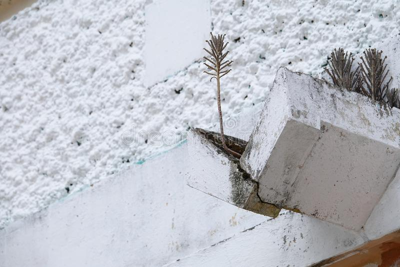 Podeszczowy downspout w antykwarskiej budowie zdjęcie stock