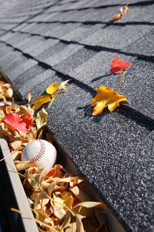 Podeszczowy rynnowy pełny jesień liście obraz stock