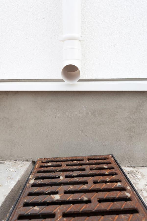 Podeszczowy rynnowy system na domu projektuje łapać i usuwać wodę od dachu i puszków spouts jest kierować kolumnę fotografia royalty free