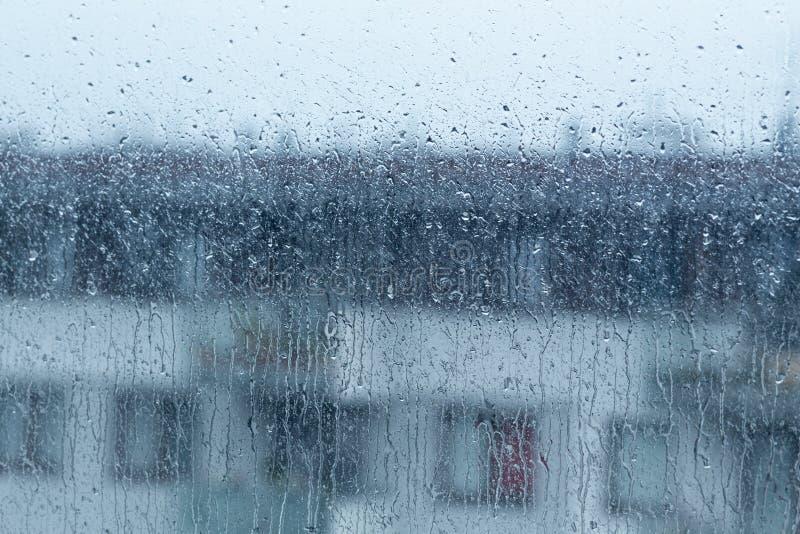 Podeszczowy spadać na zewnątrz okno, dżdżysta pogoda obraz stock