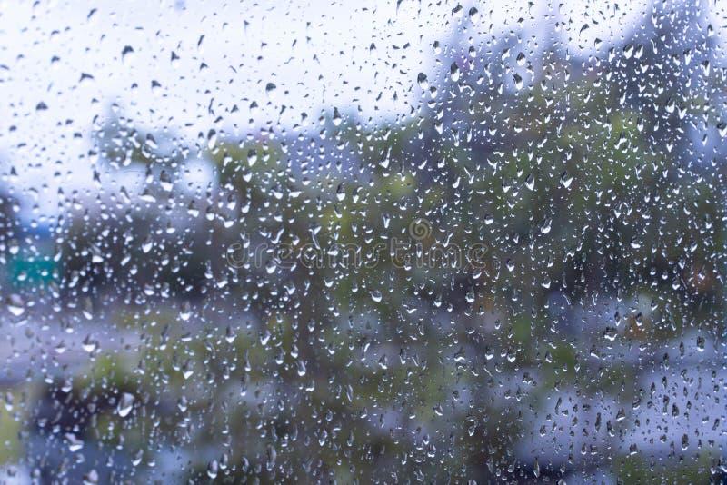 Podeszczowy zbliżenie wody tekstury tło na nadokiennym szkle Padający abstrakcjonistycznego natury białego i zielonego ogródu zbl zdjęcie stock