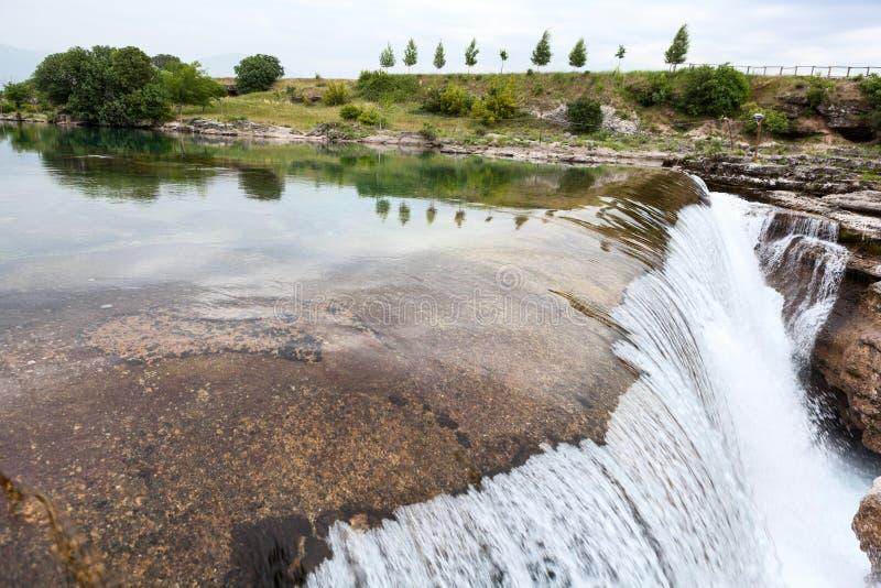 Podgorica-Landschaft mit Cijevna-Fluss, der in Tal fließt und unten in Niagara Falls fällt montenegro Schattenbild des kauernden  stockbilder