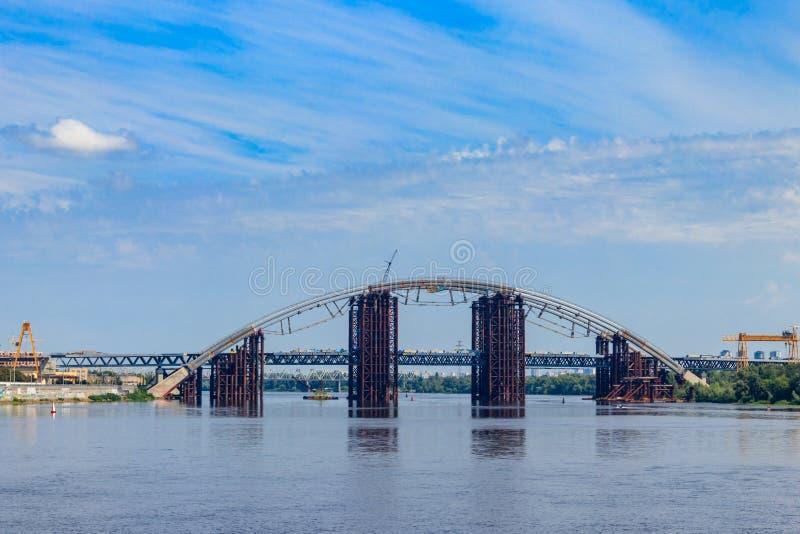 Podilsko-Voskresenskyi桥梁或Podilskyi地铁桥梁是在第聂伯河的一座联合的路路轨桥梁建设中 库存图片