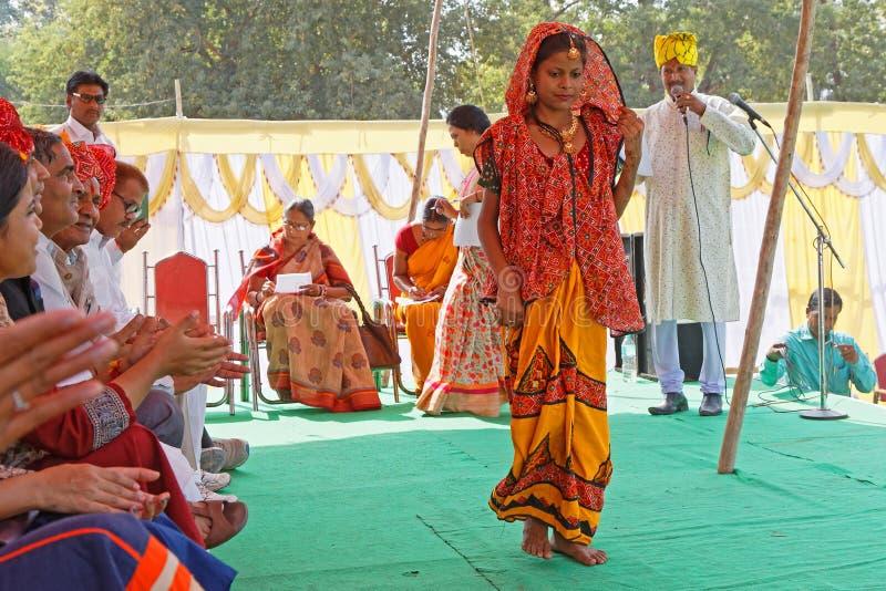 Podio del desfile de moda en un pueblo de Rajasthani imagen de archivo libre de regalías