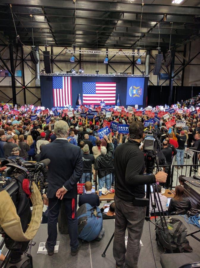 Podio della stampa di raduno di campagna di Donald Trump con la folla fotografia stock libera da diritti