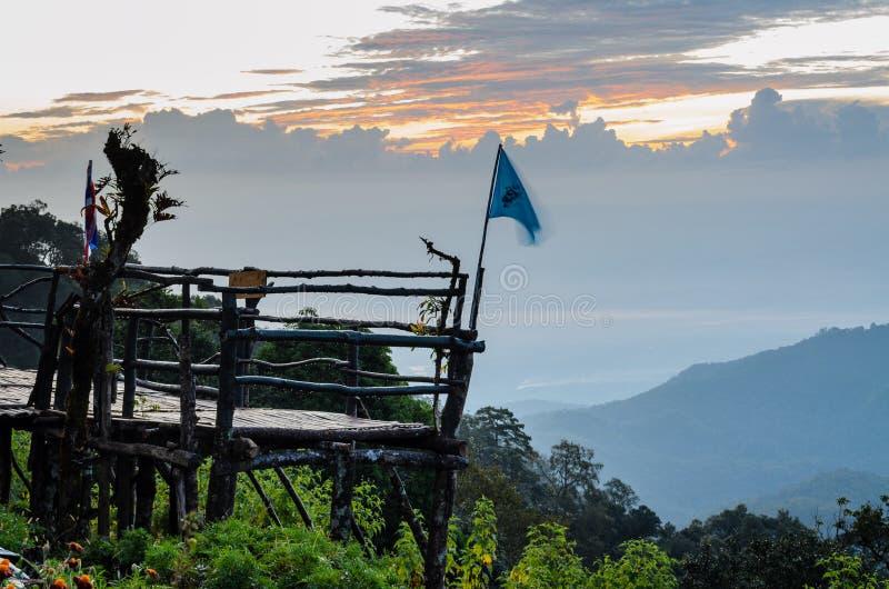 Podium pour la vue naturelle sur des montagnes de Doi Ang Khang de point de vue photo stock