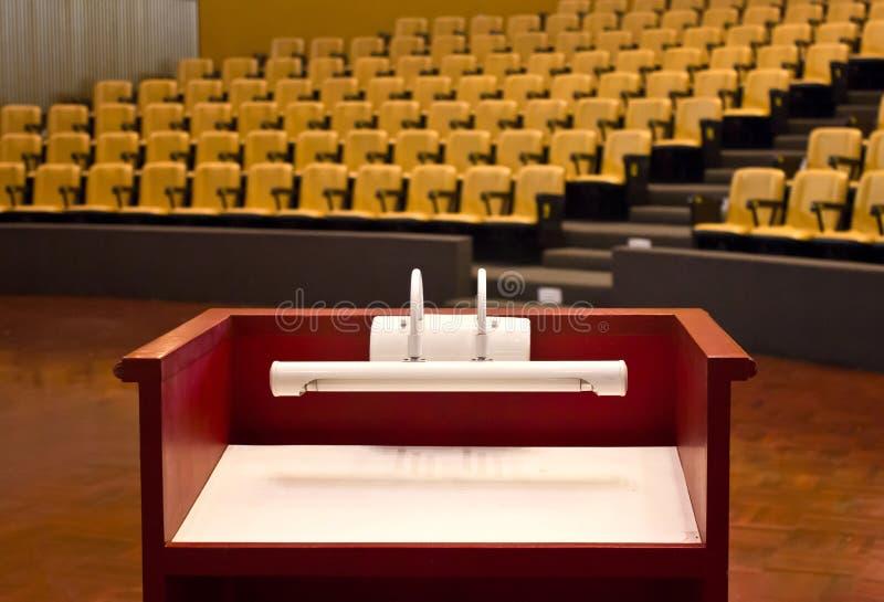 Podium w Pustej sala konferencyjnej. fotografia stock