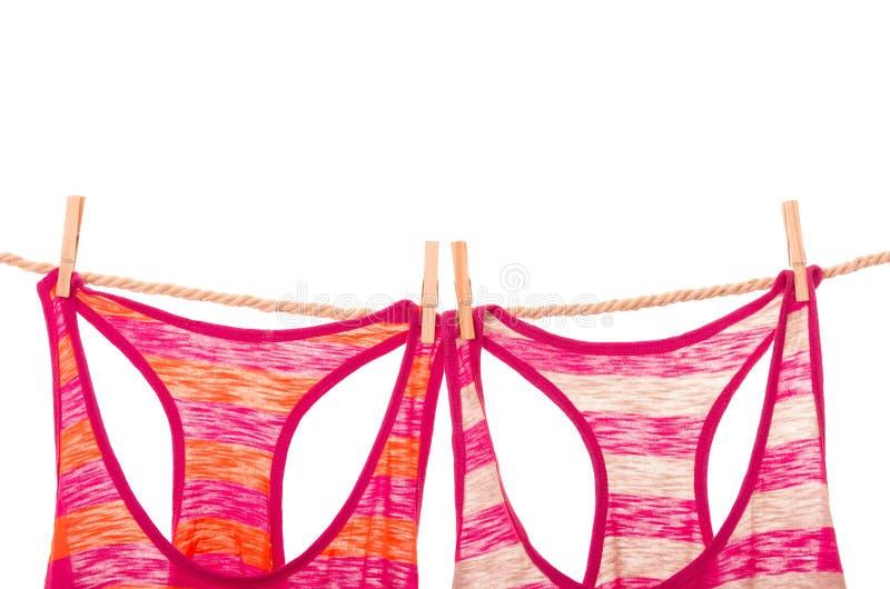 Podkoszulki bez rękawów wiesza na linowym clothesline fotografia royalty free