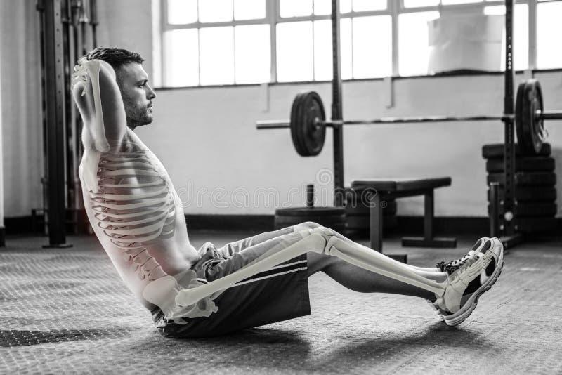 Podkreślać kości ćwiczyć mężczyzna przy gym fotografia stock